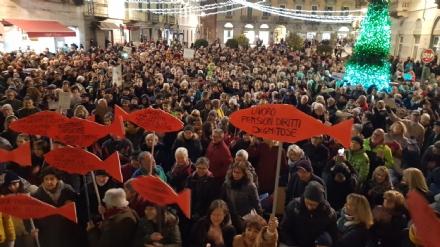 IVREA - Sardine in piazza di Città contro Salvini e la destra: «Siamo contro la deriva populista» - FOTO e VIDEO