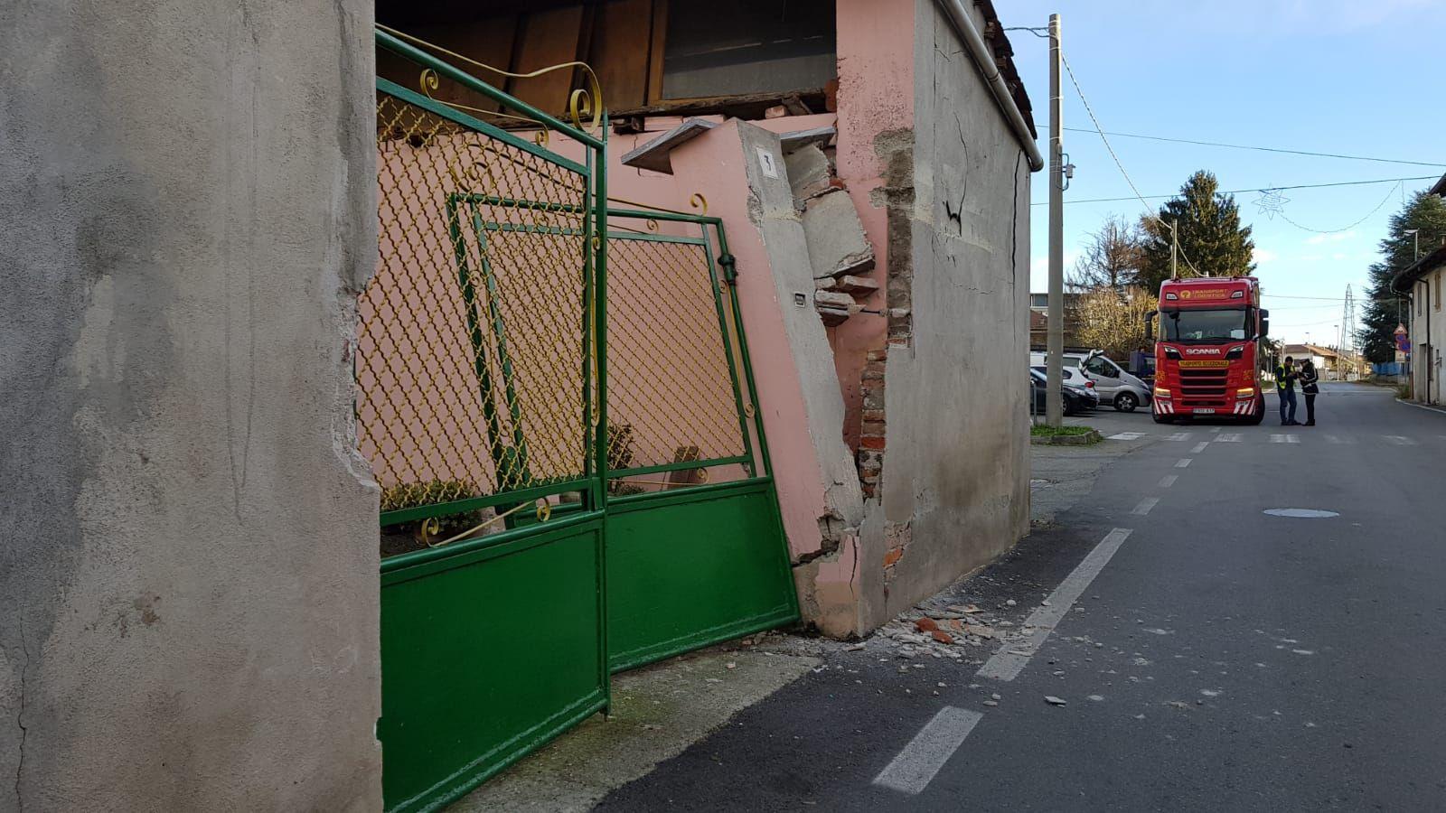 RIVAROLO - Tir abbatte l'ingresso di una casa a Pasquaro - FOTO