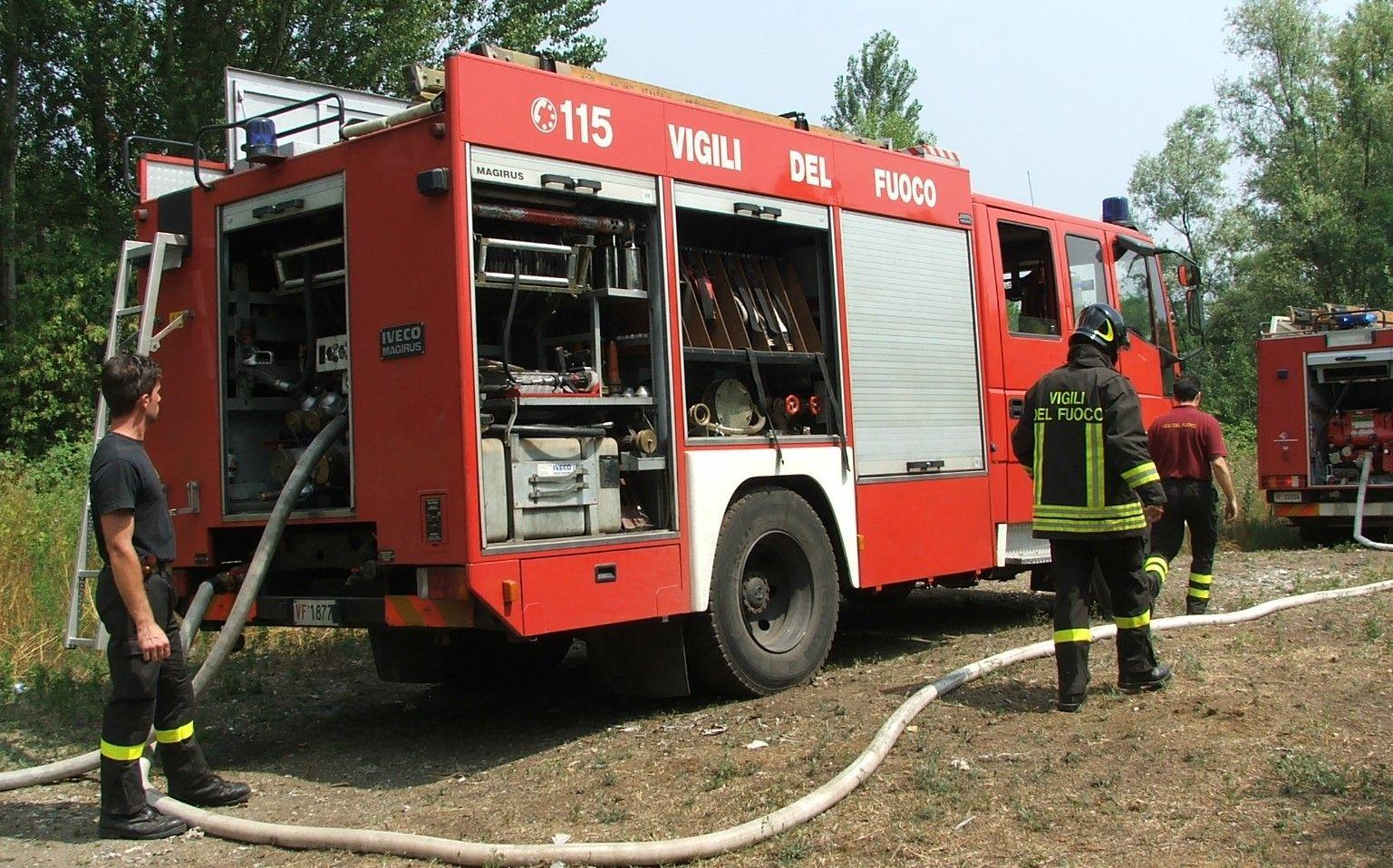 CHIVASSO - Brucia delle sterpaglie e viene avvolta dalle fiamme