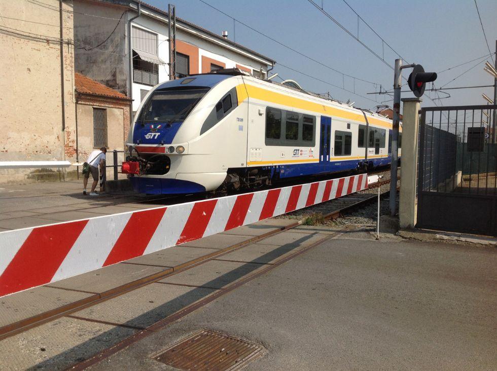 FERROVIA CANAVESANA - Le sbarre del passaggio a livello restano aperte: stop ai treni e ancora ritardi