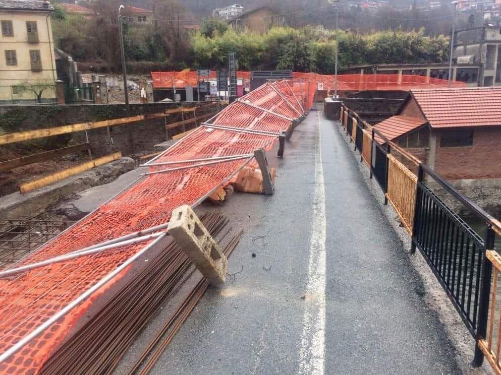 PONT - Il maltempo imperversa ed il vento corica nuovamente le barriere