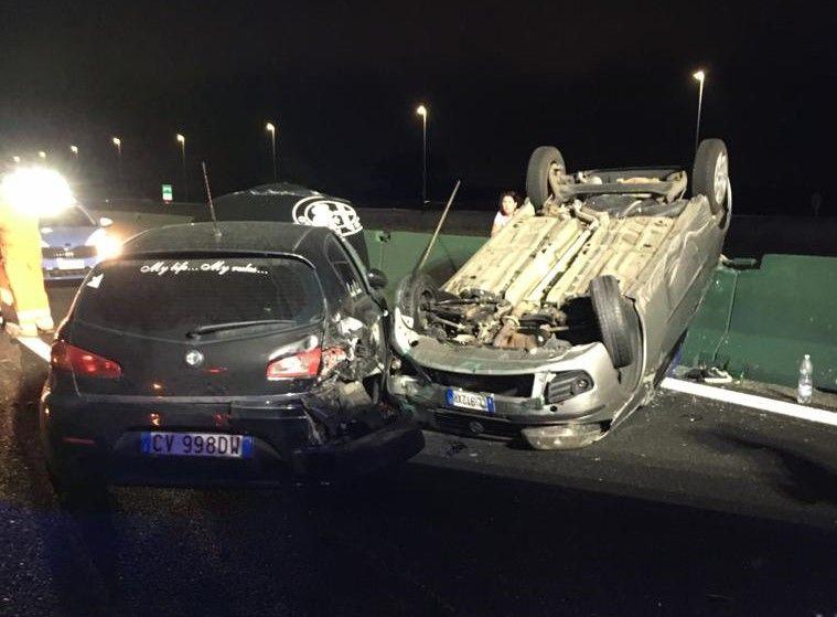 CHIVASSO - Investito da un'auto pirata mentre presta soccorso su un incidente: due feriti sull'autostrada Torino-Milano