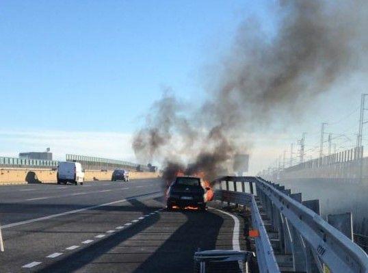 AUTOSTRADA A4 - Auto prende fuoco a Chivasso durante la marcia