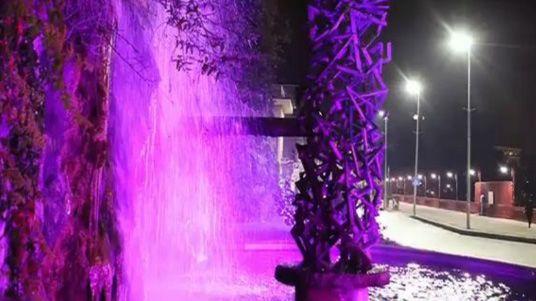 IVREA - La fontana di Olivetti colorata di viola per la giornata sulla Fibromialgia