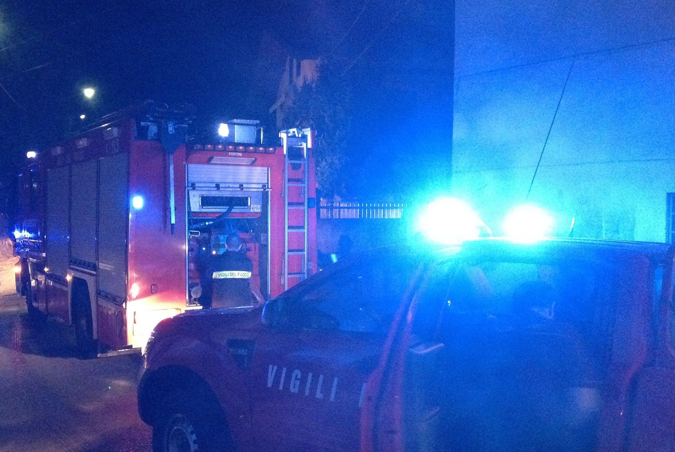 PECCO - Un furioso incendio notturno danneggia un'abitazione