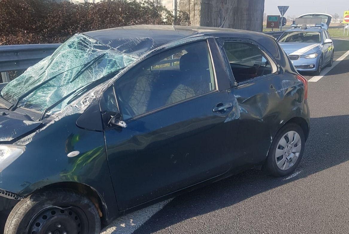 BORGARO - Paura sul raccordo di Caselle: auto si ribalta, donna ferita