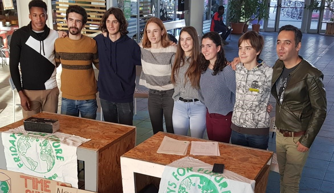 IVREA - I ragazzi del «Fridays For Future» chiedono più impegno al sindaco: «L'ambiente va difeso anche nella nostra città» - FOTO