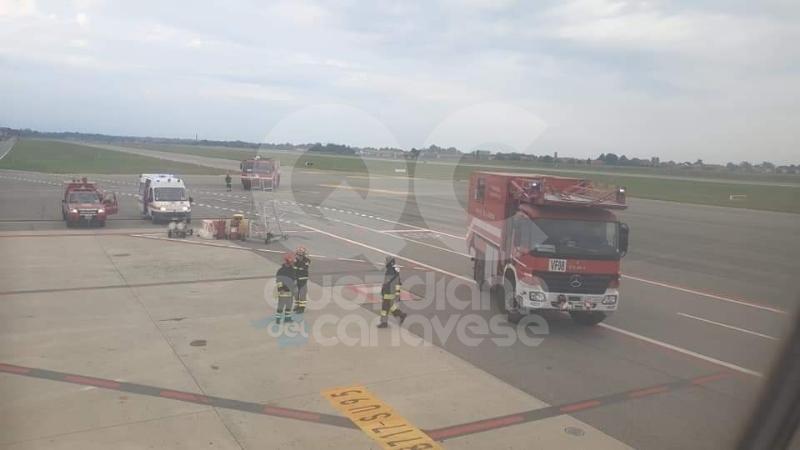 CASELLE - Fiamme e fumo sul volo Torino-Roma: evacuati tutti i passeggeri - FOTO