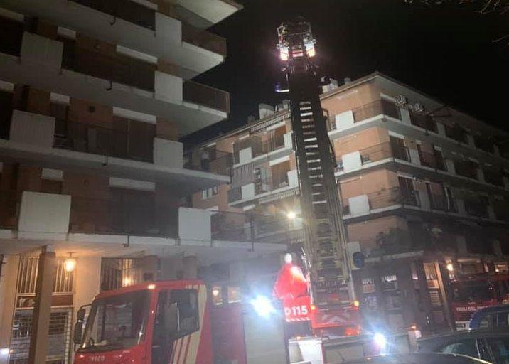 CIRIE' - Si arrampica sul tetto della palazzina ma resta bloccato: i pompieri salvano il gattino Tigro