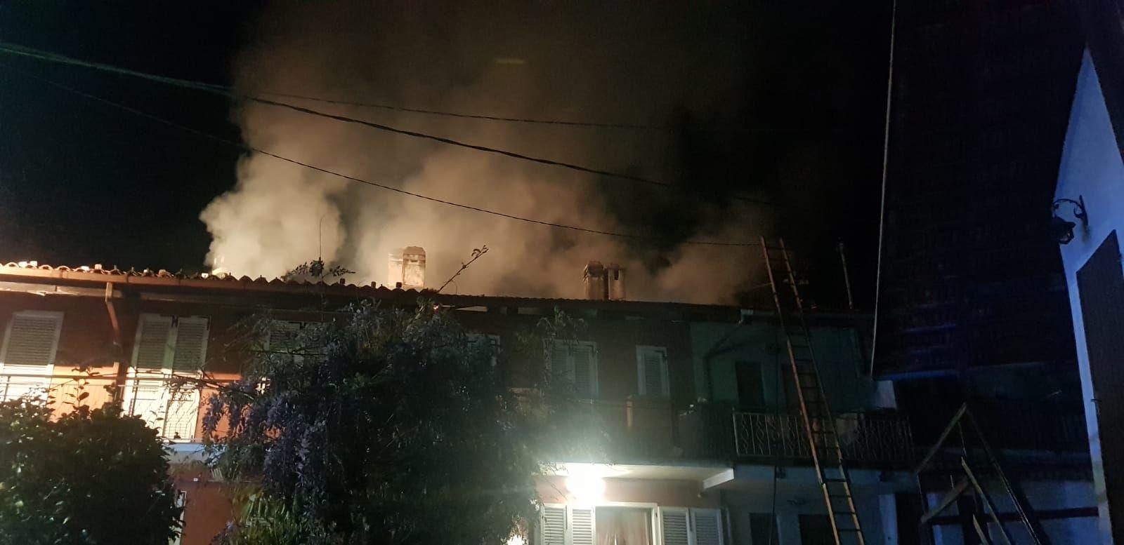 VALPERGA - Incendio nella notte devasta il tetto di un'abitazione