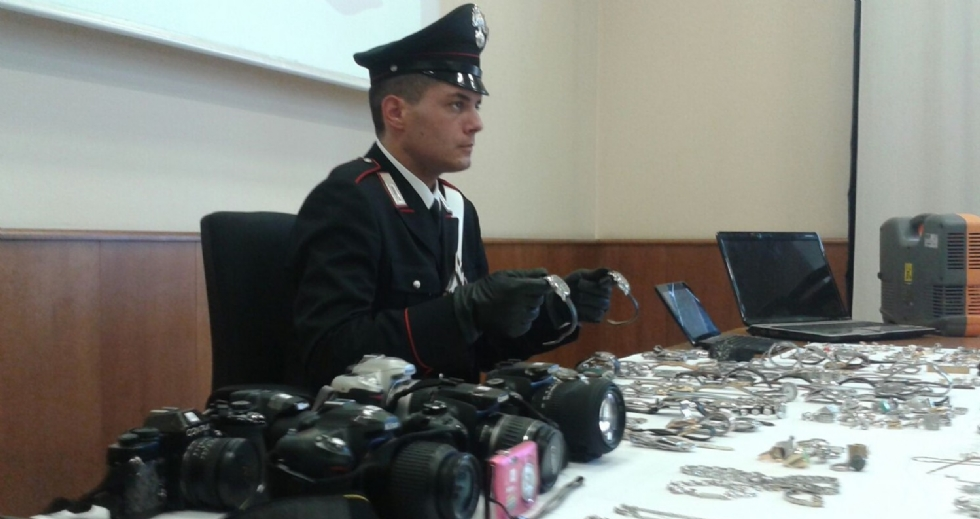 FURTI NELLE CASE - I carabinieri recuperano oltre 1000 oggetti rubati - FOTO REFURTIVA