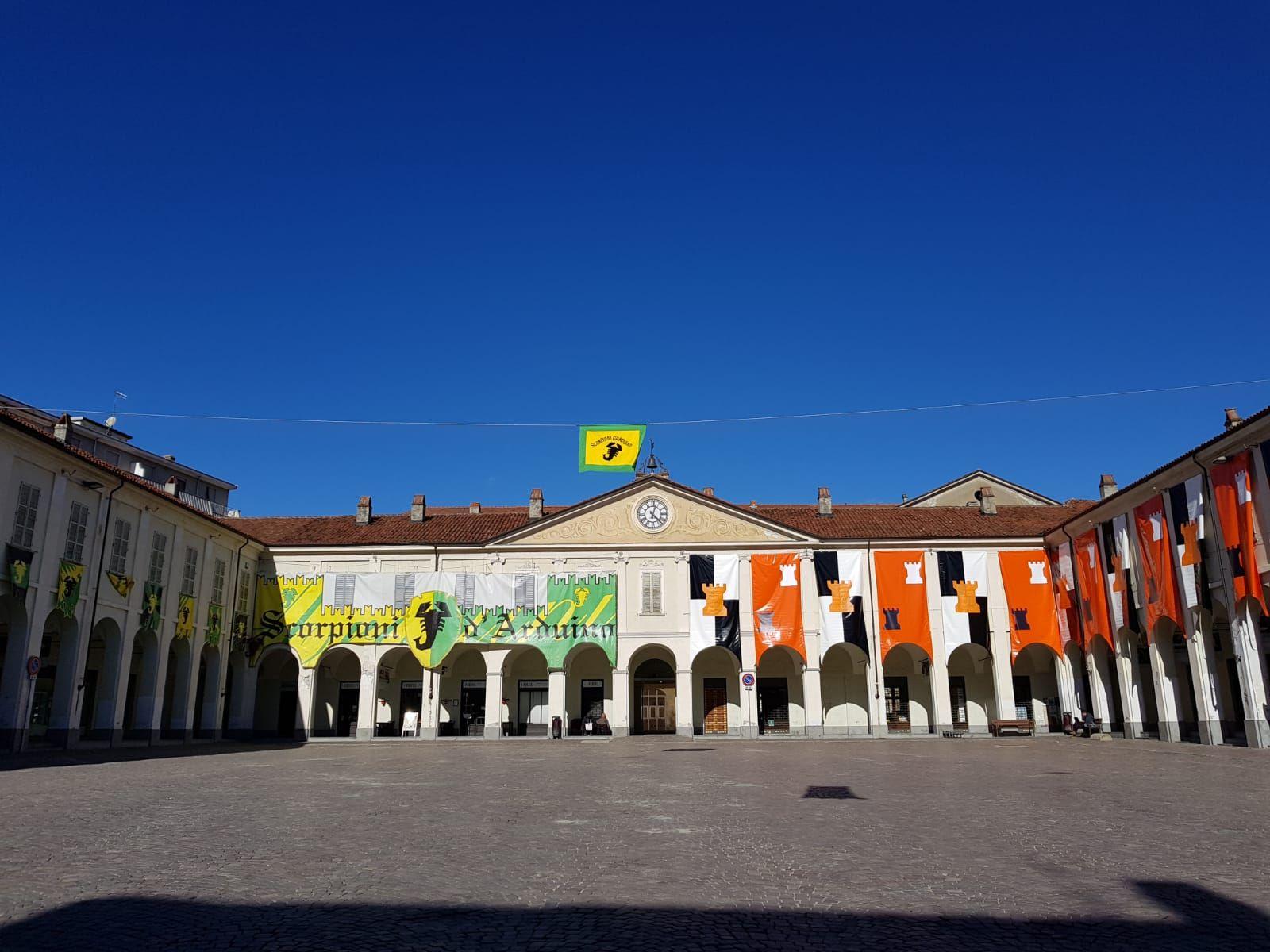 IVREA - La città si colora in attesa dello Storico Carnevale e della battaglia delle arance - FOTO