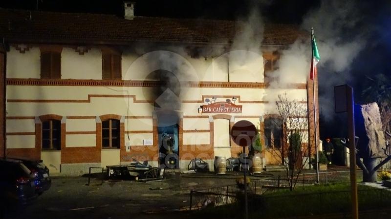 VALPERGA - Furioso incendio devasta il bar della stazione: danni ingenti e struttura non agibile - FOTO