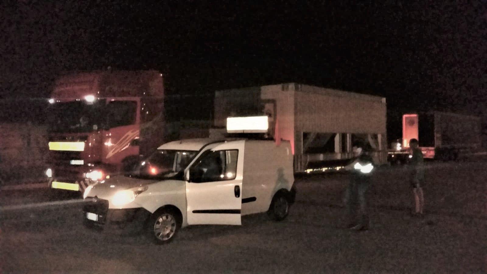 CALUSO - Dopo venti giorni «liberato» l'autista del tir rimasto bloccato ad Arè - FOTO