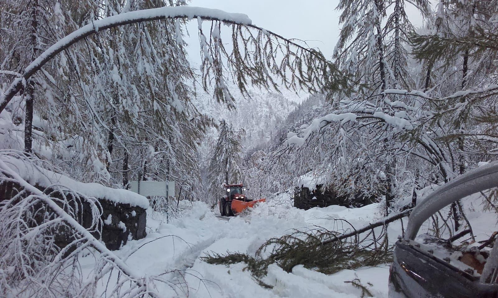 CANAVESE - Prima nevicata a Ceresole Reale e Piamprato Soana: mezzi spalaneve in azione - FOTO