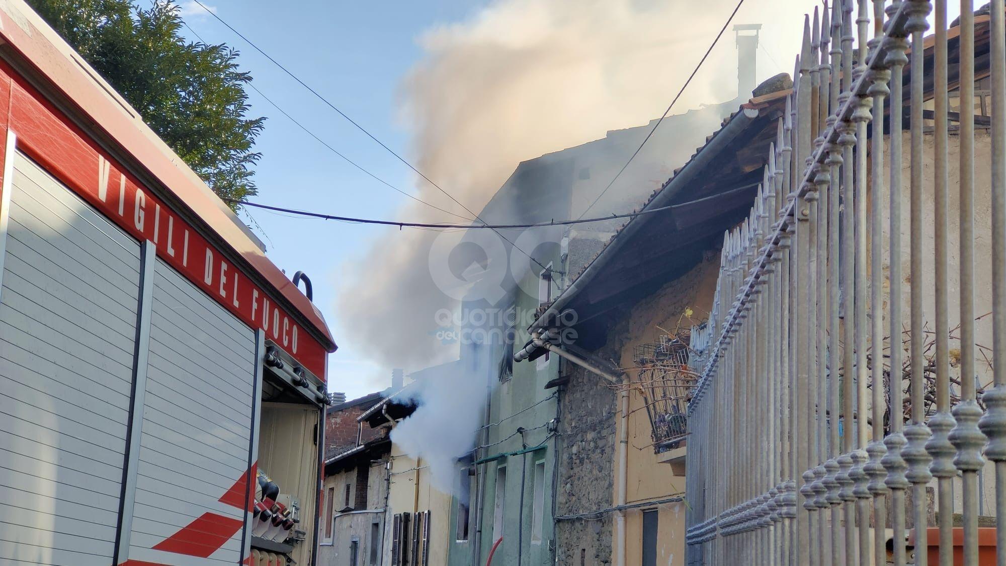 FORNO CANAVESE - Casa devastata da un incendio: intervento in forze dei vigili del fuoco - FOTO