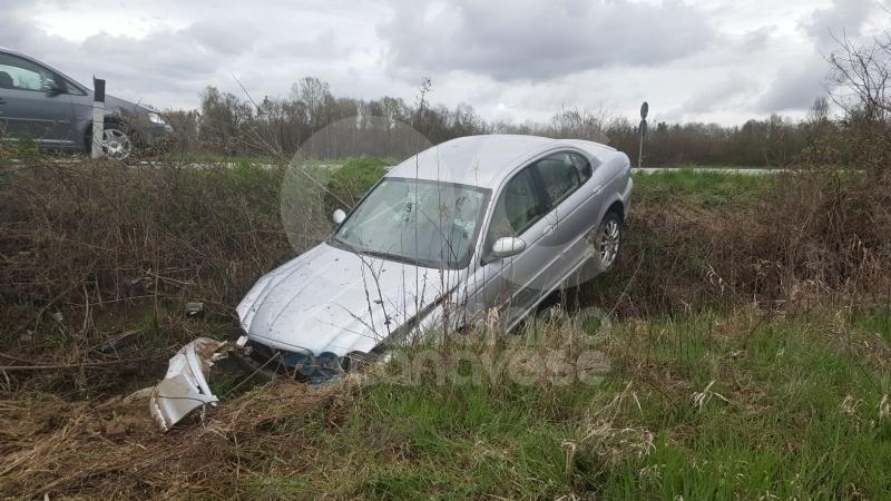 PROVINCIALE CALUSO SAN GIORGIO - Lunghe code di curiosi a causa di un'auto nel fosso