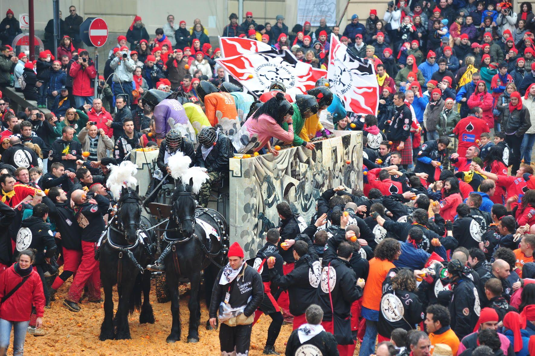IVREA - Beppe Grillo e Casaleggio iscritti alla battaglia delle arance