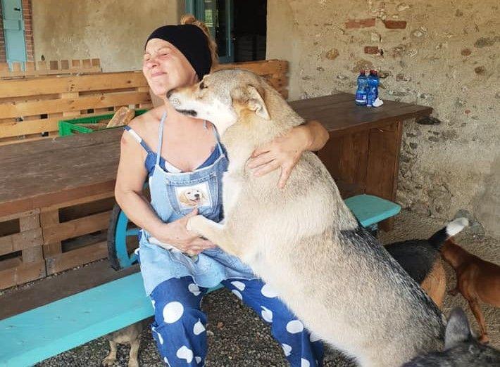 BARBANIA - Calci e pugni da due balordi, salvata dai cani