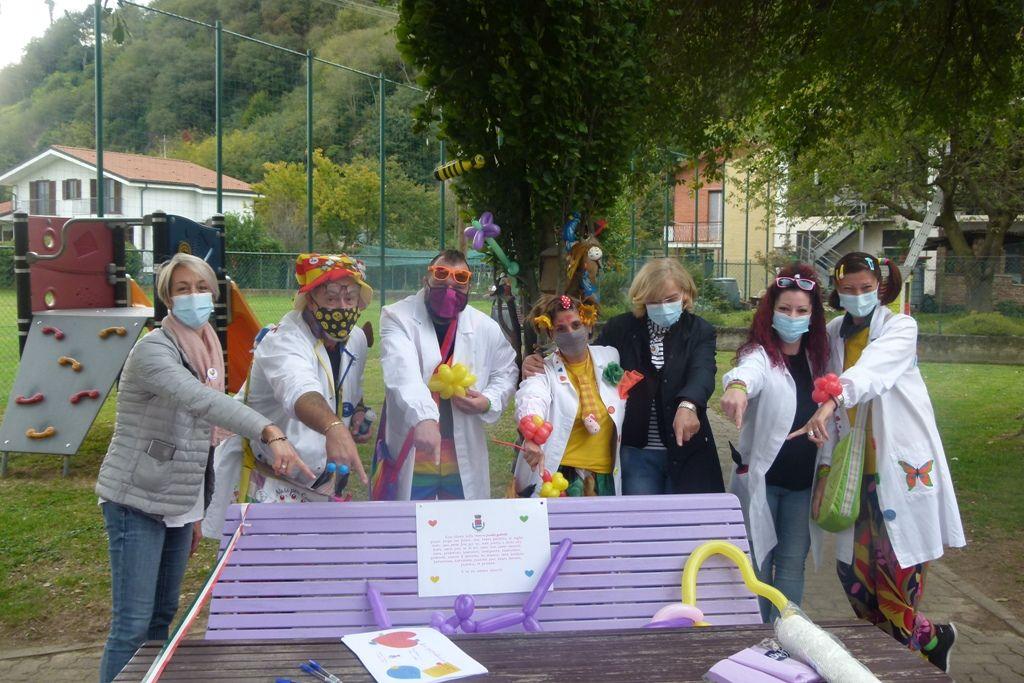 SALERANO - Inaugurate due panchine della gentilezza di colore viola - FOTO