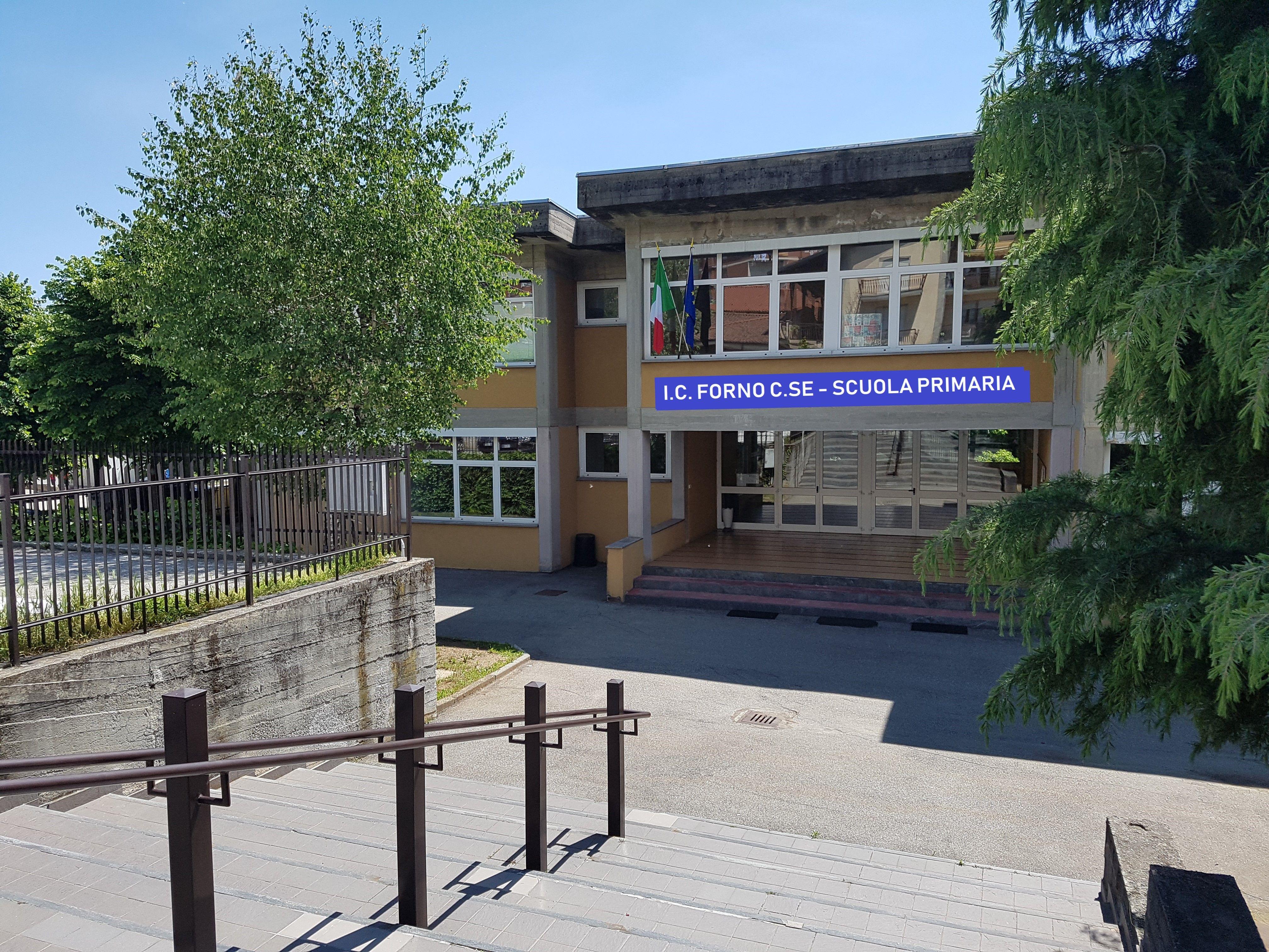 FORNO - Orari scaglionati per l'uscita dalle lezioni, genitori arrabbiati: «Aspettiamo 45 minuti assembrati davanti a scuola»