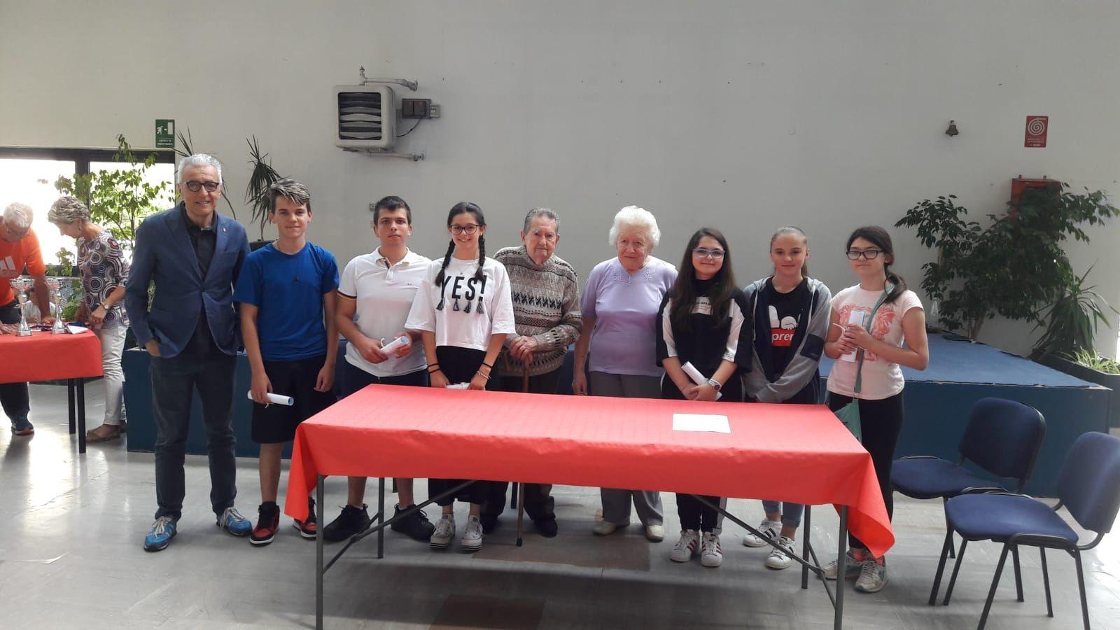 CASTELLAMONTE - Alla scuola media Cresto consegnate le borse di studio intitolate alla memoria di Gloria Rosboch