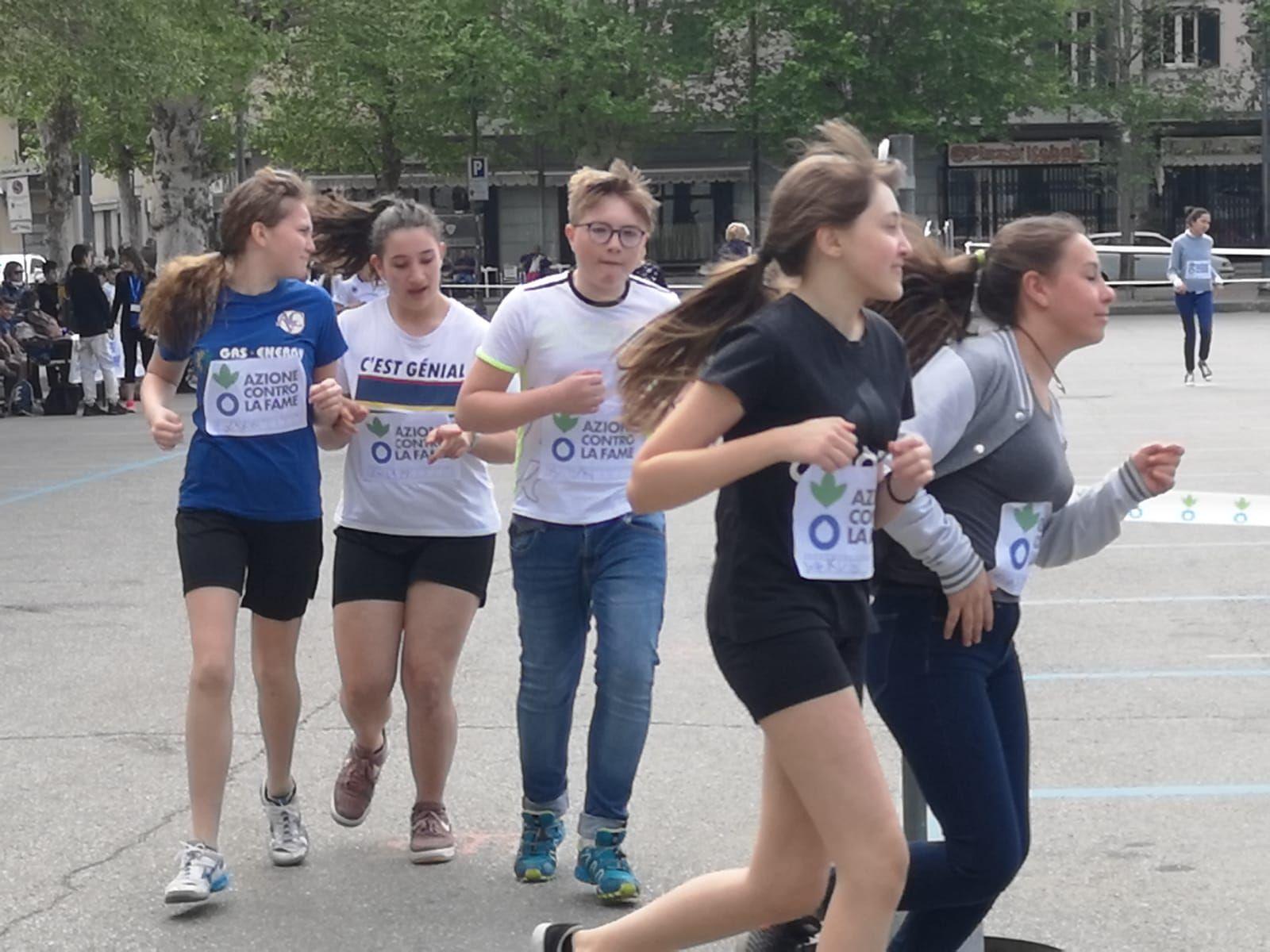 CUORGNE' - Studenti delle scuole medie di corsa contro la fame nel mondo - FOTO