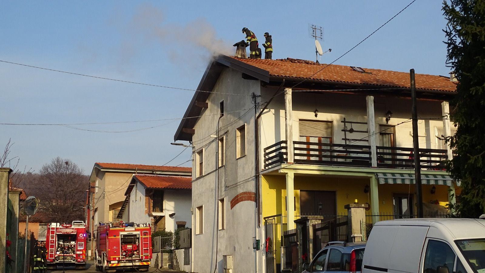 MONTALENGHE - Va a fuoco un camino: vigili del fuoco al lavoro