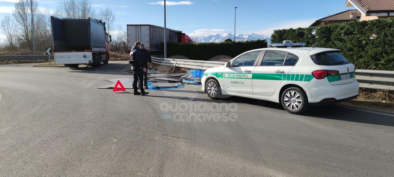 RIVAROLO-FELETTO - Camion in rotonda perde il carico lungo la ex statale 460 - FOTO