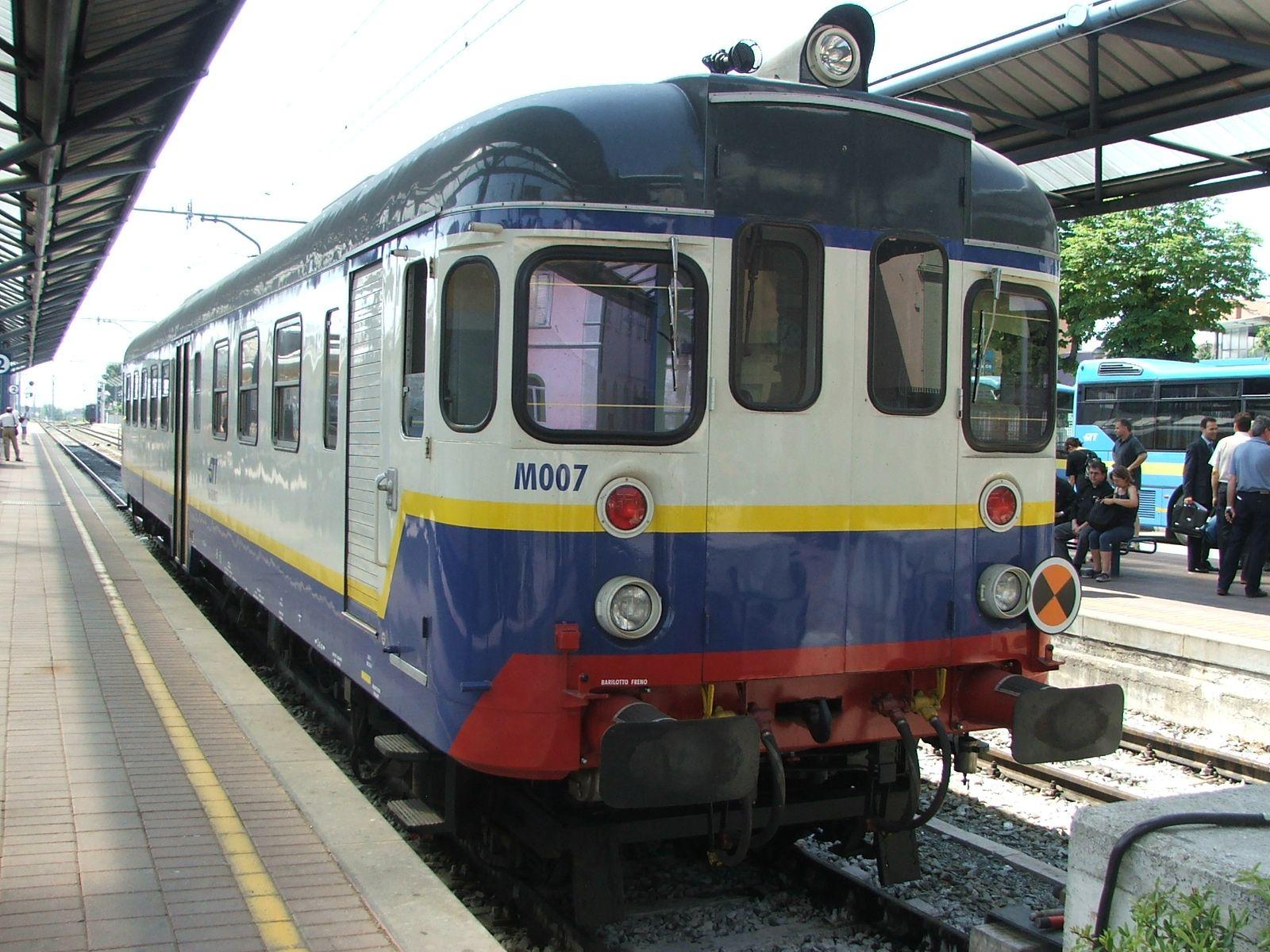 RIVAROLO - Il passaggio a livello della Sfm1 si apre con il treno in transito