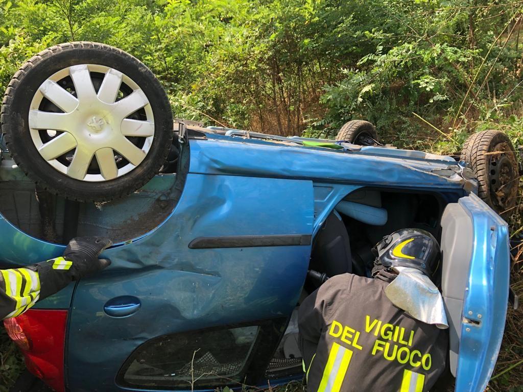 AUTOSTRADA TORINO-AOSTA - Brutto incidente a San Giorgio Canavese: auto finisce nella scarpata e si ribalta. Una donna ricoverata al Cto - FOTO