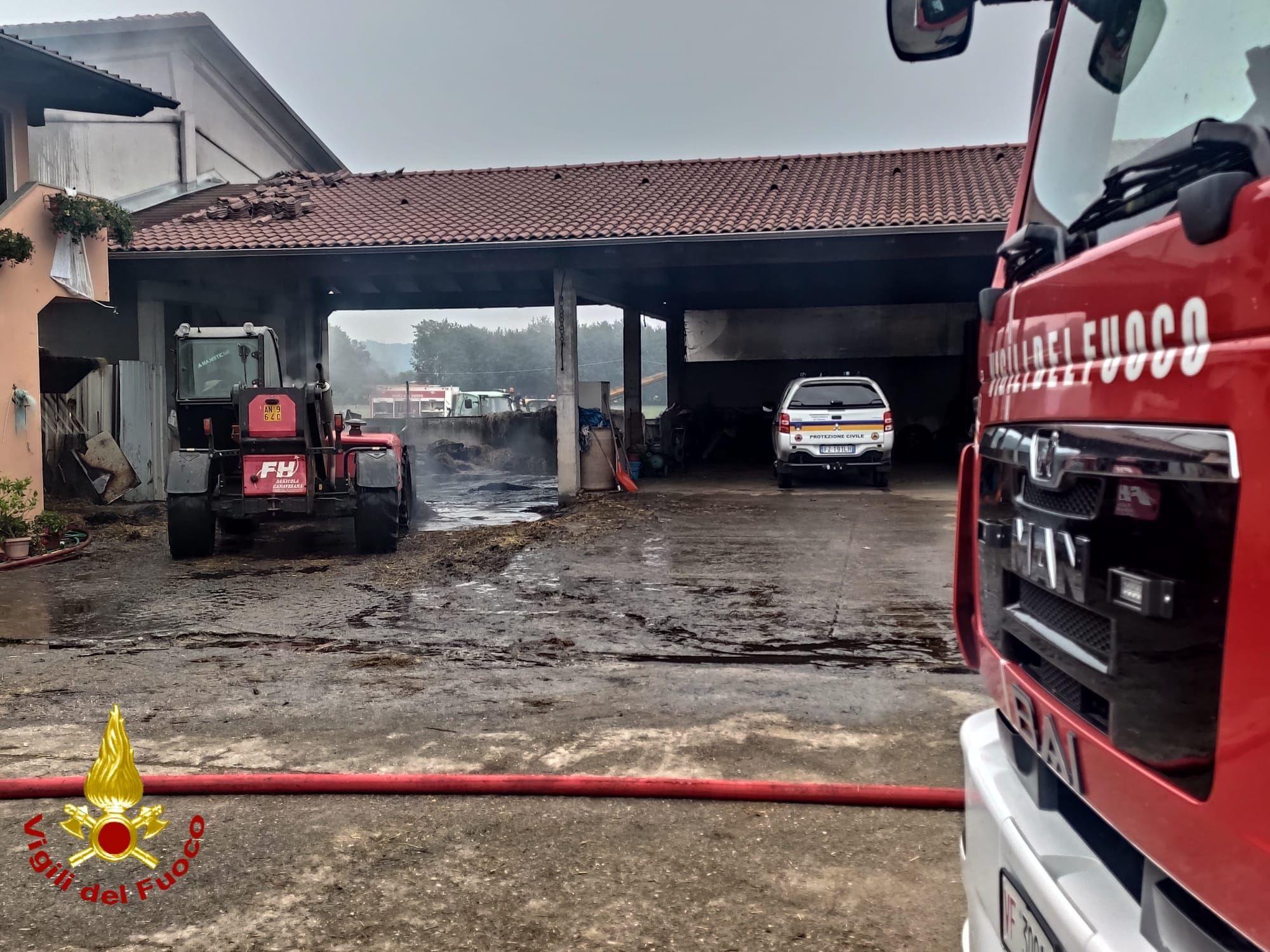 CASTELLAMONTE - Balle di fieno e paglia in dono per gli agricoltori della cascina incendiata a Sant'Antonio - FOTO e VIDEO
