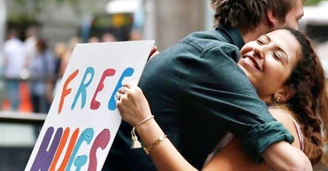 IVREA - «Io mi fido di te, e tu?», abbracci gratis in piazza Ottinetti