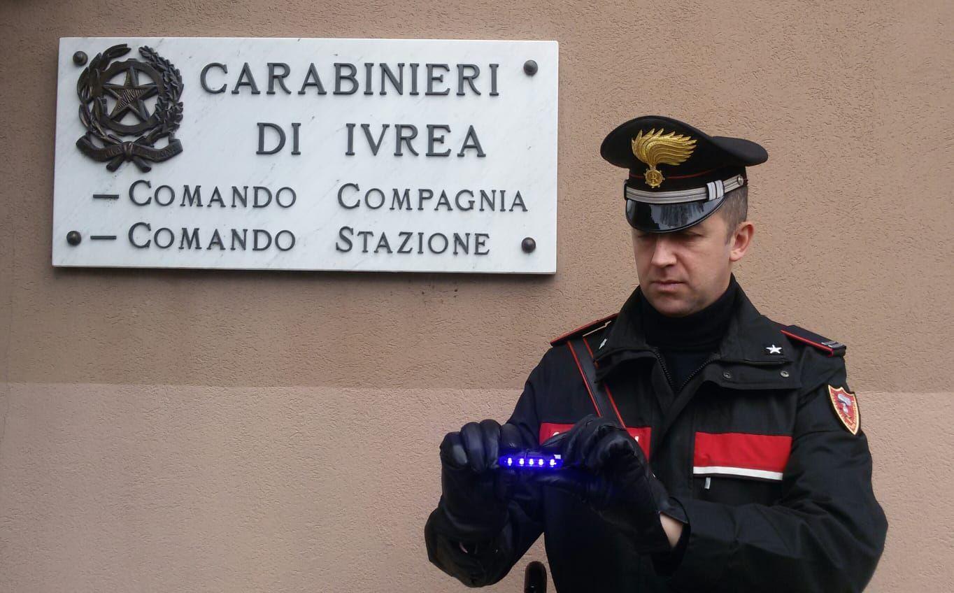 CASTELLAMONTE - Lampeggiante blu in auto: denunciato 29enne