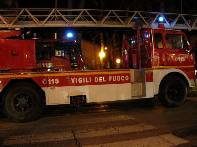 STRAMBINO - Incendio in un garage, tre persone finiscono in ospedale