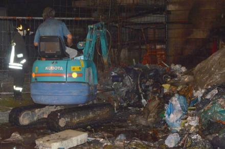 CASELLE - Rifiuti a fuoco in via Alle Fabbriche - FOTO