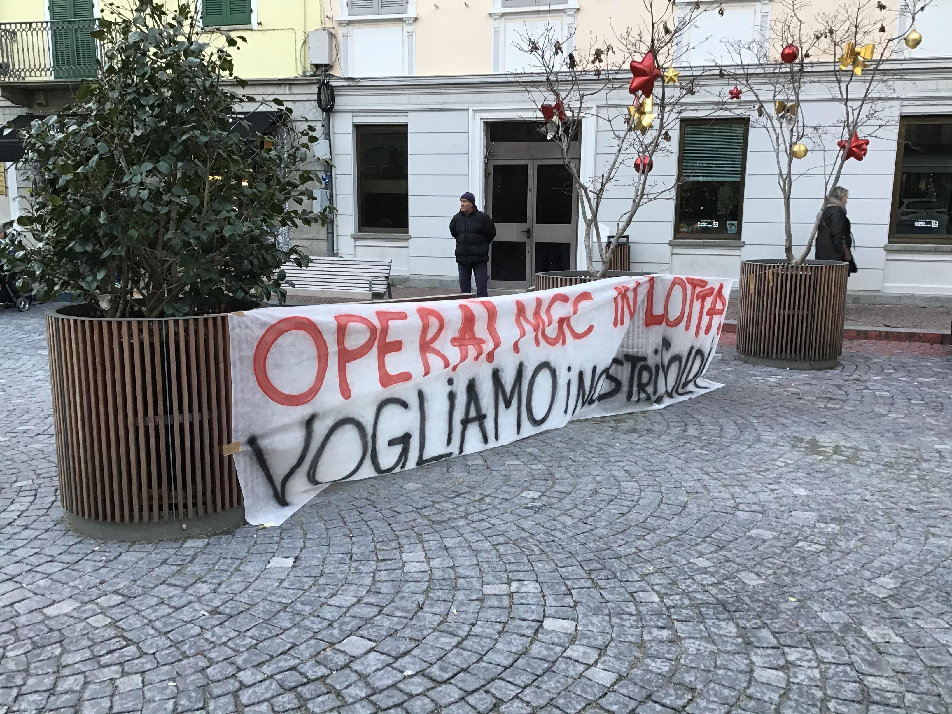 IVREA - Operai Mgc senza stipendio manifestano sotto il municipio