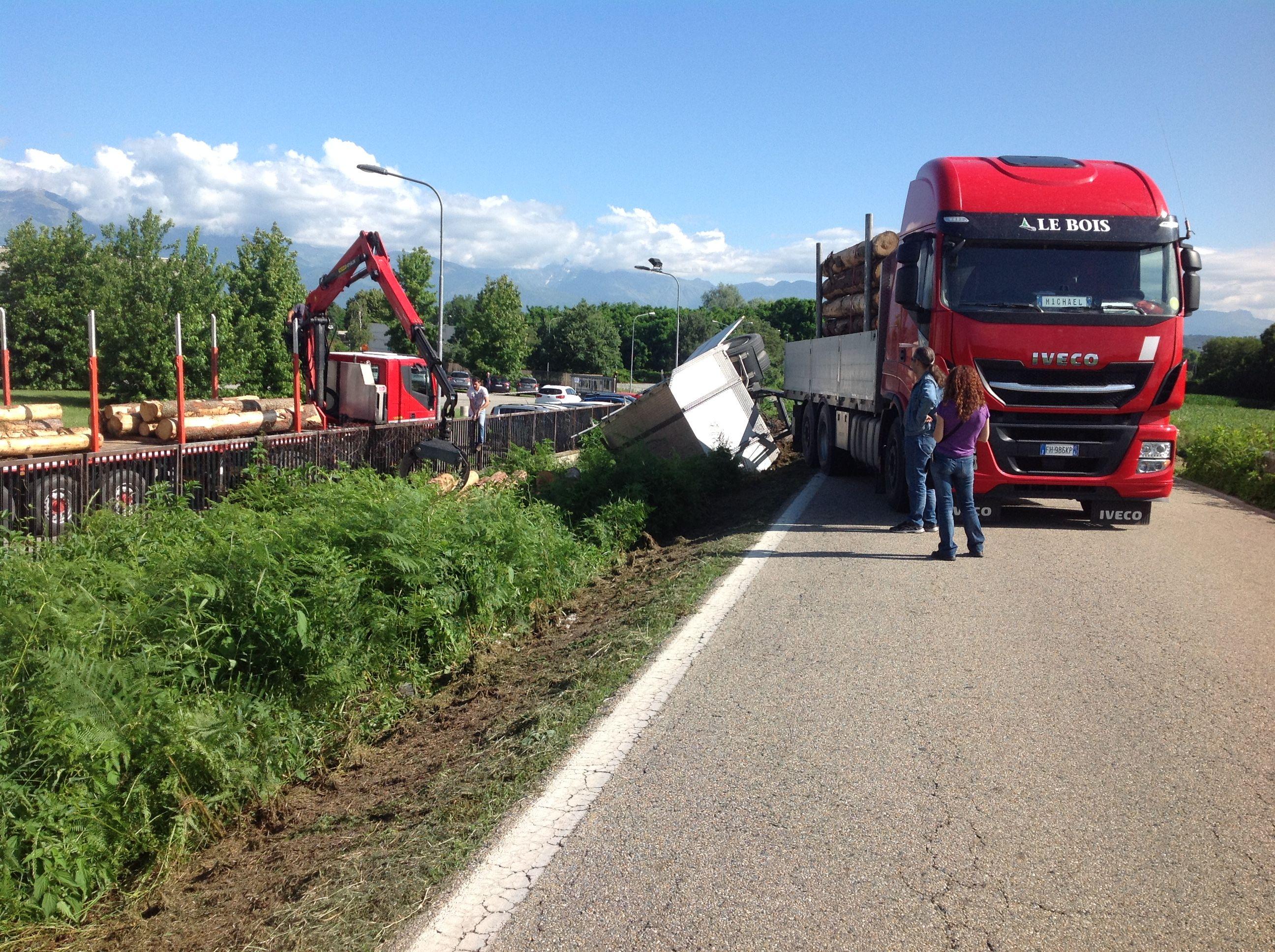 FELETTO-CICONIO - Provinciale troppo stretta: camion si ribalta e perde il carico - FOTO E VIDEO