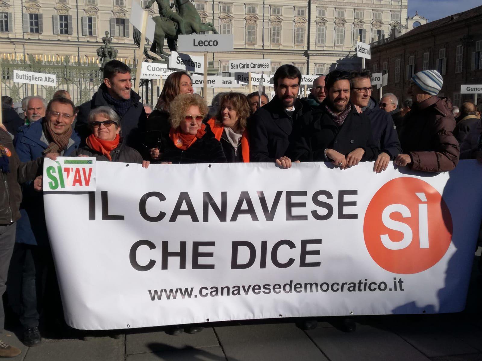 CANAVESE - Sindaci, politici e gente comune in piazza per il «Si Tav» - FOTO
