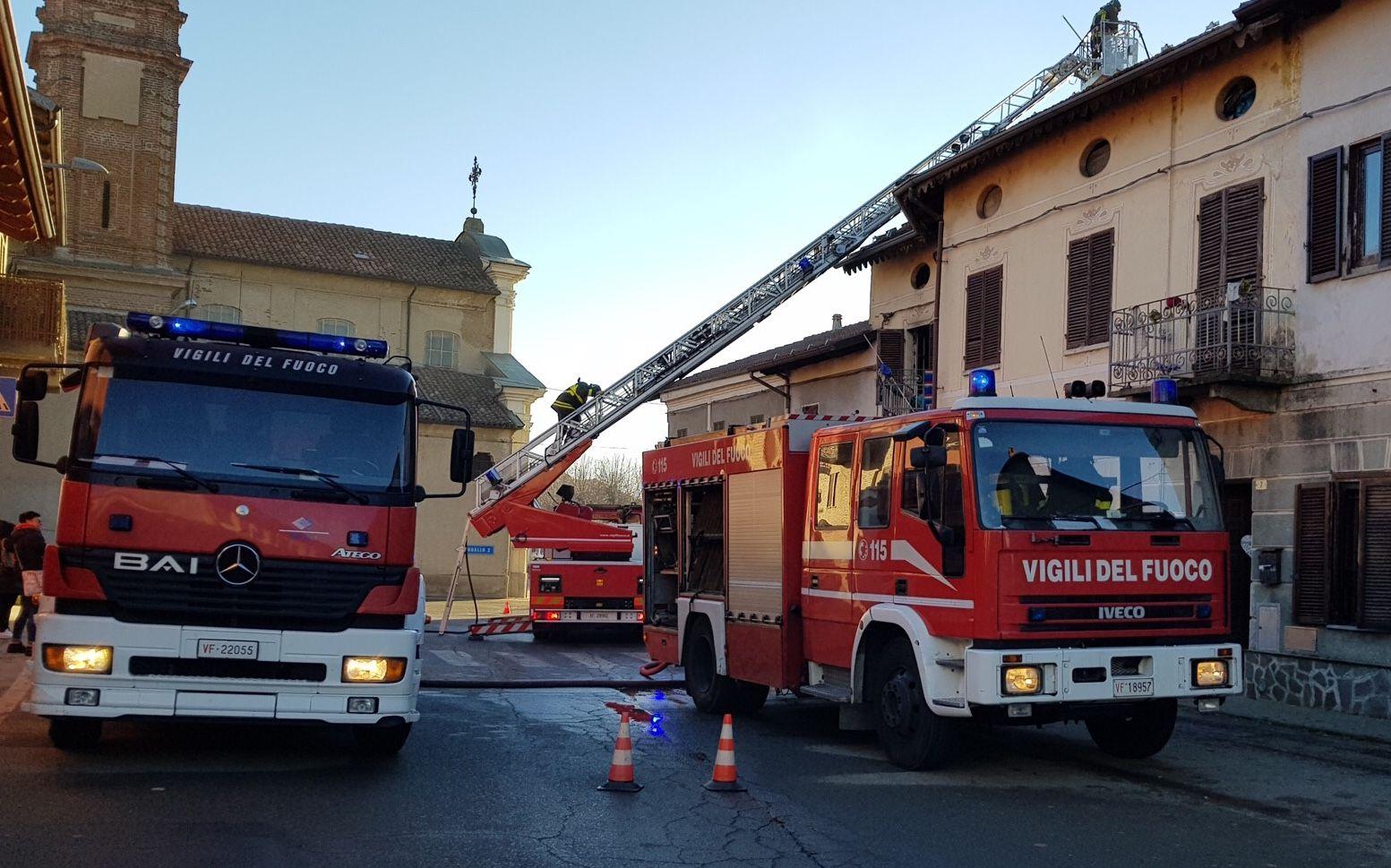 CALUSO - Incendio devasta una casa: cane salvato - FOTO E VIDEO