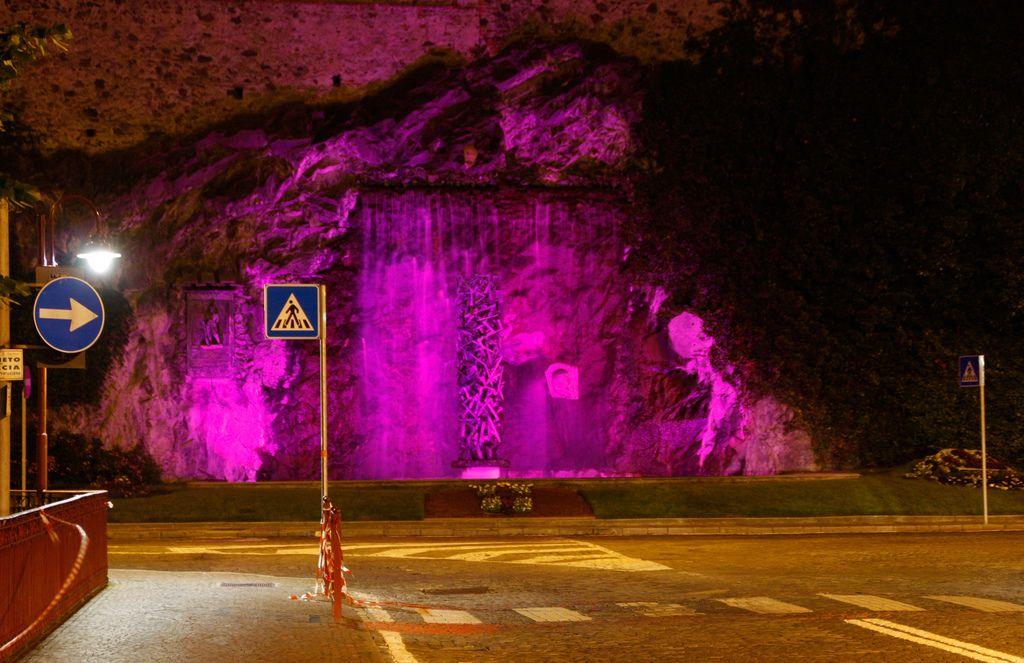 IVREA - La fontana di Camillo Olivetti sarà colorata di lilla