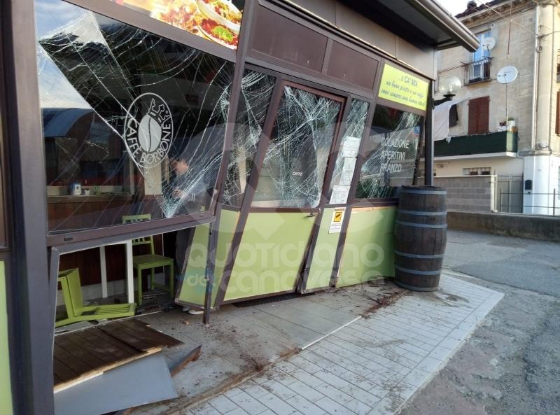 CASTELLAMONTE - Sbaglia manovra, sfonda l'ingresso del ristorante e poi scappa: caccia all'auto pirata