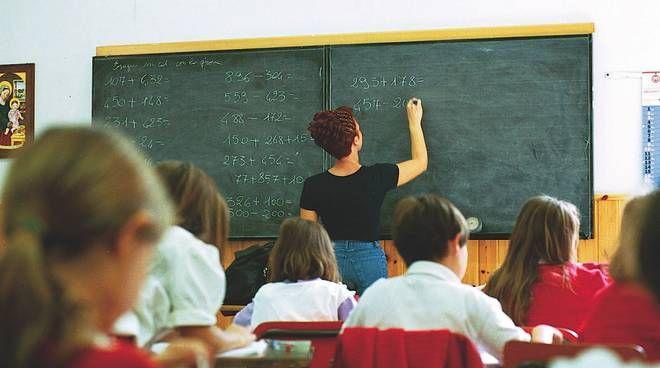 CANAVESE - Gli studenti sono tornati a scuola: tra assembramenti, timori e tanta voglia di normalità. Una maestra positiva a Brandizzo