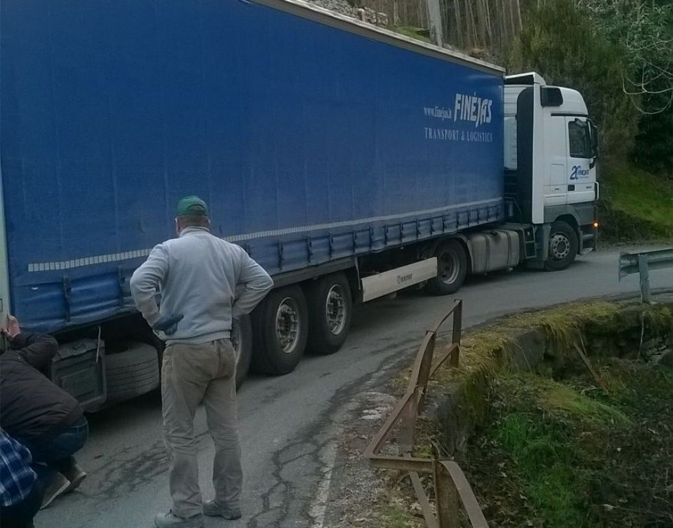 CANISCHIO - Camion incastrato sulla provinciale - FOTO e VIDEO