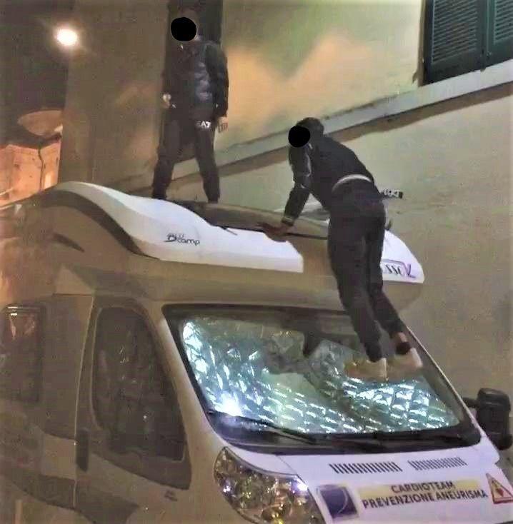 CASELLE - Sfasciano il camper medico: pubblicano il video su Instagram e vengono denunciati dai carabinieri - GUARDA IL VIDEO