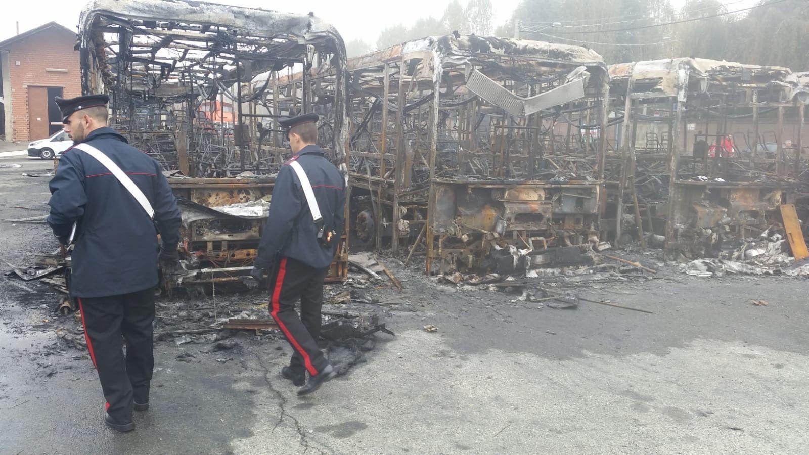 CIRIÈ - Preso il piromane dei bus: ha appiccato il rogo perché non lo facevano salire senza biglietto