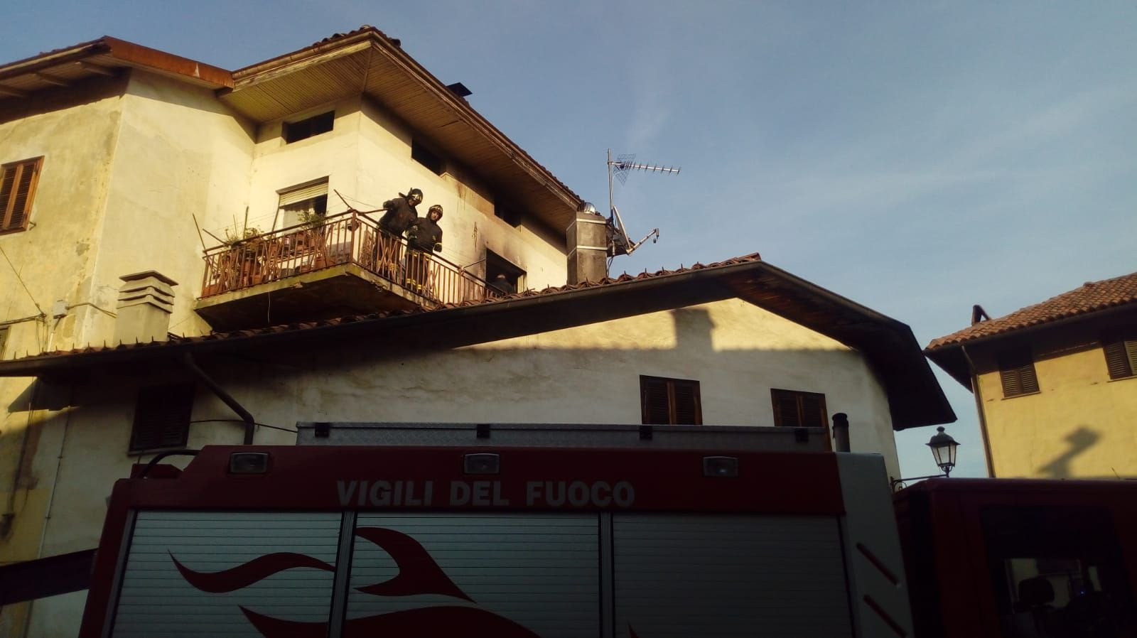 VALPERGA - Incendio in alloggio, intervento dei pompieri - FOTO