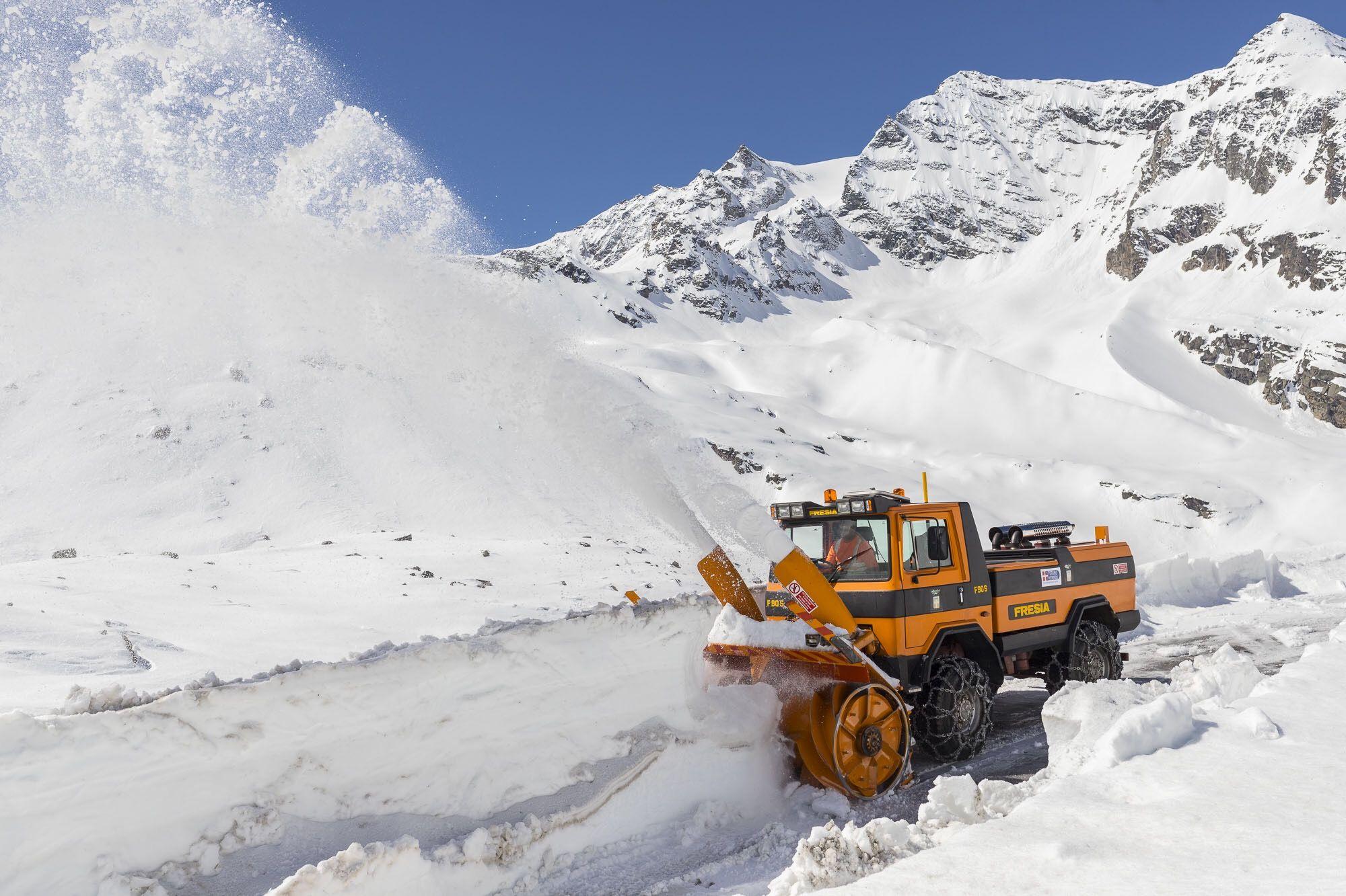 CERESOLE REALE - Super lavoro dei cantonieri per togliere la neve in vista del Giro - FOTO