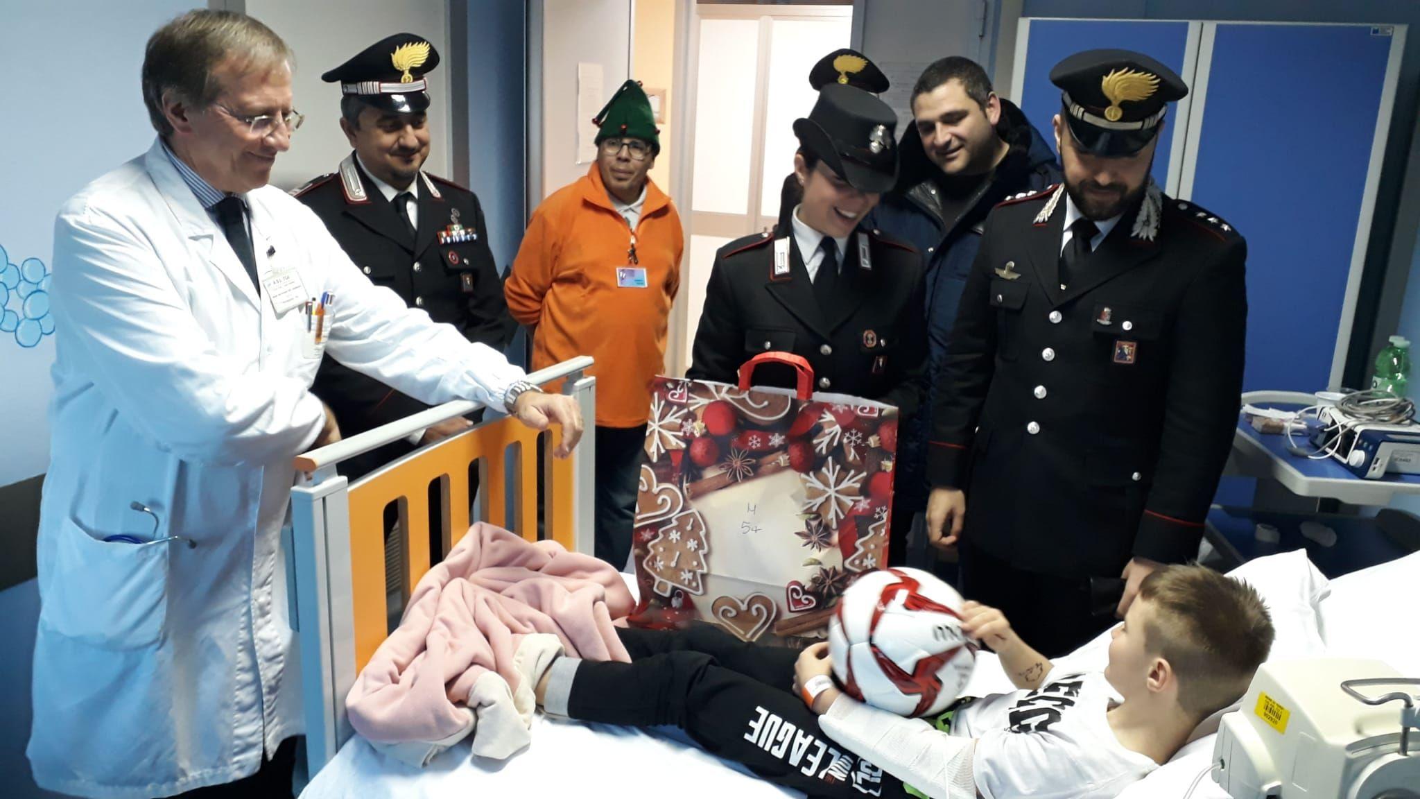 CIRIE' - Babbo Natale con la divisa dell'Arma: i carabinieri portano doni ai bimbi in ospedale - FOTO