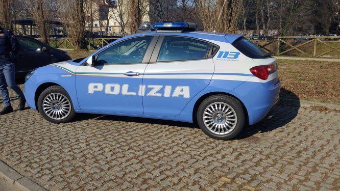 IVREA - Urina sulla volante della polizia, bacia una donna e aggredisce gli agenti: 26enne arrestato in stazione